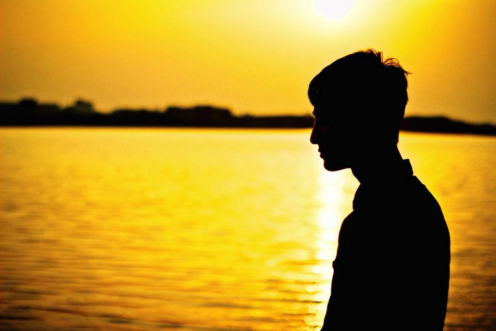 夕日の男の横顔