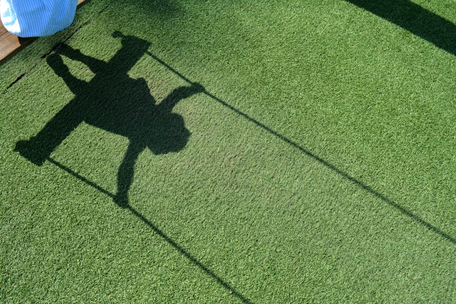 ブランコに乗った子供の影